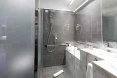 一个豪华旅馆卫生间的内部 免版税库存图片