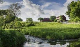一个豪华的绿色小山顶的Ols红色谷仓哈德森谷的 免版税库存照片