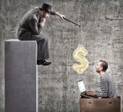 一个贪婪的商人激发有薪金的办公室工作者 免版税库存照片
