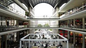 一个购物中心的人们在柏林,德国 股票视频