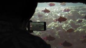 一个资深女性成人游人的未被认出的剪影一艘水下的船照片的在一个流动智能手机a 影视素材