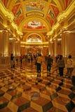 一个赌博娱乐场的走廊的金黄颜色在澳门在意大利文化和设计塑造了 免版税库存照片