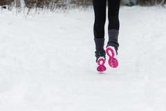 一个赛跑者的腿外面在冬天 免版税库存图片