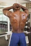 一个赤裸上身的爱好健美者的背面图 免版税库存图片