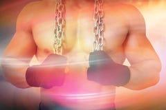 一个赤裸上身的肌肉人的中间部分的综合图象拿着链子的 图库摄影