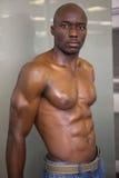一个赤裸上身的肌肉人的画象 免版税库存照片