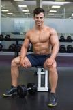 一个赤裸上身的肌肉人的画象 图库摄影