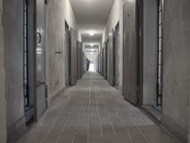 一个走廊的看法在萨森豪森里面Concent的监狱的 免版税库存照片