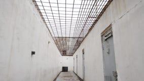 一个走的庭院的走廊有门的在修正殖民地,监狱在俄罗斯在冬天 股票录像