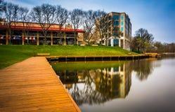 一个走道和大厦的长的曝光沿湖岸  免版税库存照片