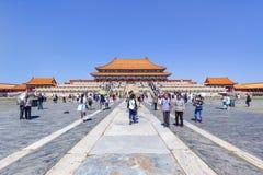 一个走道的游人在故宫博物院,北京,中国 库存照片