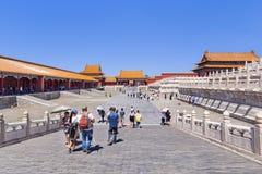 一个走道的游人在故宫博物院,北京,中国 免版税图库摄影