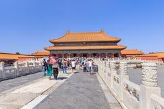 一个走道的游人在故宫博物院,北京,中国 免版税库存图片