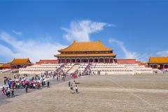 一个走道的游人在故宫博物院,北京,中国 免版税库存照片