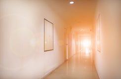 一个走廊和太平门标志的内部在公寓或公寓的 免版税库存照片