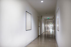 一个走廊和太平门标志的内部在公寓 库存图片