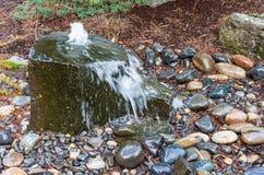 一个起泡的喷泉在庭院里 库存照片