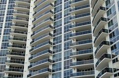 一个超现代公寓房塔的门面 免版税库存照片