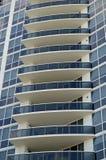 一个超现代公寓房塔的门面 免版税库存图片