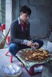 一个越南人,准备街道食物,在芽庄市 免版税库存图片