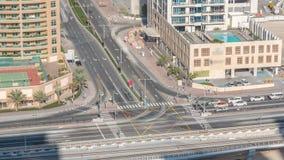 一个路交叉点的鸟瞰图一大城市timelapse的 股票录像