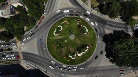 一个路圈子的鸟瞰图与草的在中心 从空气的环形交通枢纽 股票视频