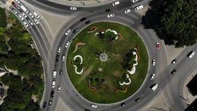 一个路圈子的鸟瞰图与草的在中心 从空气的环形交通枢纽 影视素材