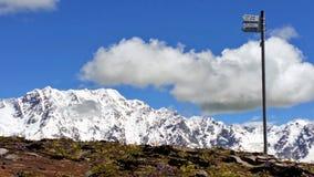 一个路标在世界,上部Svaneti,乔治亚结束时:冰川` s山和浅兰的天空在背景中 免版税图库摄影