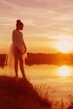 一个跳芭蕾舞者的剪影在日落的 免版税库存图片