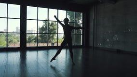 一个跳芭蕾舞者的剪影在窗口背景的 典雅人和美妙地跳舞在的古典芭蕾 股票录像