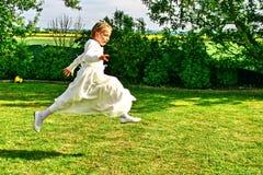 一个跳跃的女孩的画象,宗教庆祝 免版税图库摄影