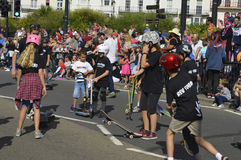一个踩滑板的小组马盖特狂欢节的孩子 库存照片