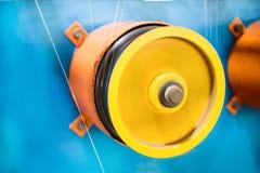一个转动的轮子倒带一根稀薄的银色导线 免版税库存图片