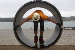 一个轮子的溜冰者有一个帽子的在里斯本 库存图片