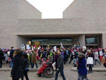 一个轮椅的人在妇女` s 3月,美国人以伤残,东部的美国国家艺廊,华盛顿特区,美国 免版税库存图片