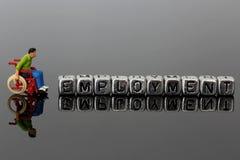 一个轮椅的微型比例模型人有在小珠的词就业的 库存图片