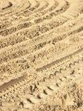 一个轮胎的跟踪在沙子的。 对角。 免版税库存图片