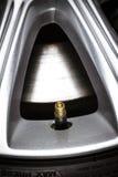 一个轮胎阀门的特写镜头在车轮的。 免版税库存照片