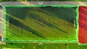 一个运动场的鸟瞰图与足球运动员使用的 股票录像