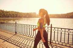 一个运动的女孩在体育步行走在公园 免版税库存照片