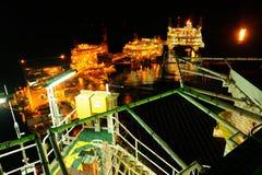 一个近海平台在晚上 库存图片