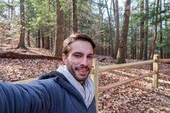一个远足者佩带的冬天给微笑穿衣 图库摄影