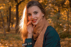 一个迷人的女孩的画象有红色唇膏的在温暖的围巾特写镜头 库存照片