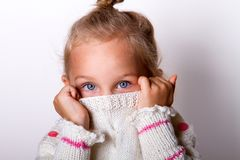 一个迷人的小女孩的画象米黄sweate的 免版税图库摄影