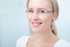 一个迷人的少妇的纵向戴眼镜的 免版税库存照片