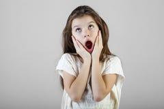 一个迷人的深色的小女孩的画象 免版税库存图片