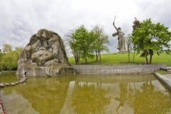 一个追悼的母亲和游泳池的雕塑 库存照片