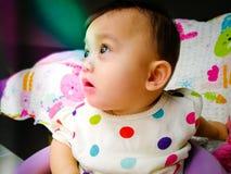 一个逗人喜爱和传神亚裔女婴的坦率的画象 生活方式和童年概念 库存照片
