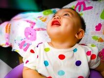 一个逗人喜爱和传神亚裔女婴的坦率的画象 生活方式和童年概念 免版税图库摄影