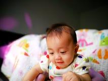 一个逗人喜爱和传神亚裔女婴的坦率的画象 生活方式和童年概念 免版税库存图片